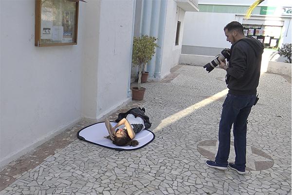 En este caso volvemos a tirar a nuestra modelo al suelo. El rayo de luz era evidente como para no intentar hacer algo con el.